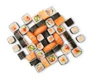 Sistema de sushi, de maki y de rollos aislados en el fondo blanco Imagenes de archivo