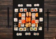 Sistema de sushi, de maki y de rollos en fondo de madera marrón Fotos de archivo libres de regalías