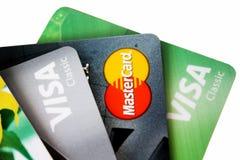 Sistema de tarjetas de crédito coloridas en el fondo blanco Imagen de archivo libre de regalías