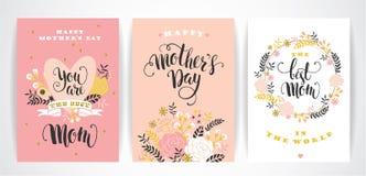 Sistema de tarjetas de felicitación felices de las letras de día de madres con las flores Imagenes de archivo