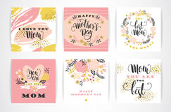 Sistema de tarjetas de felicitación felices de las letras de día de madres con las flores Imagen de archivo libre de regalías