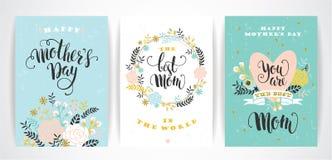 Sistema de tarjetas de felicitación felices de las letras de día de madres con las flores Fotos de archivo libres de regalías