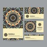 Sistema de tarjetas de visita ornamentales con la mandala de la flor en cuesta oscura Fotografía de archivo libre de regalías