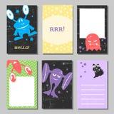 Sistema de tarjetas divertido retro colorido con los monstruos lindos Plantillas para el cumpleaños, aniversario, invitaciones de Fotos de archivo