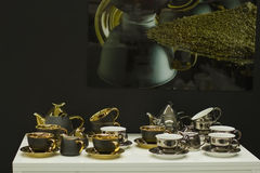 Sistema de tazas doradas exclusivas Imagen de archivo