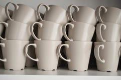 Sistema de tazas en la cocina Fotografía de archivo libre de regalías