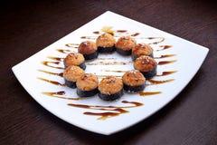 Sistema de tempura del camarón del maki del sushi en la placa blanca Comida japonesa en fondo imágenes de archivo libres de regalías