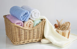 Sistema de toallas y de accesorios rodados del baño, aislado en el CCB blanco Imagen de archivo
