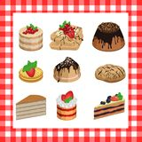 Sistema de tortas apetitosas dulces en una tela escocesa roja Imagenes de archivo
