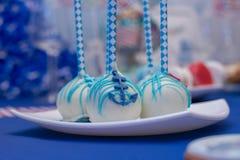 Sistema de tortas sabrosas con el ancla azul que miente en la placa Foco selectivo Cierre para arriba Fotos de archivo