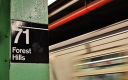 Sistema de transporte do MTA do estação de caminhos de ferro do sinal de Forest Hills New York Subway fotos de stock
