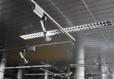 Sistema de trilhos para a iluminação do projetor na foto video do estoque do estúdio imagens de stock
