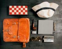Sistema de un caballero - cuaderno, pluma, bolso de cuero, sombrero del sol, tubo que fuma, tablero de ajedrez del viaje Imagenes de archivo