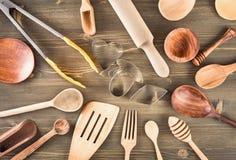 Sistema de utensilios de la cocina en la tabla Imagenes de archivo