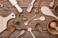 Sistema de utensilios de la cocina en la tabla Fotos de archivo