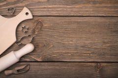 Sistema de utensilios de la cocina en la tabla Foto de archivo libre de regalías
