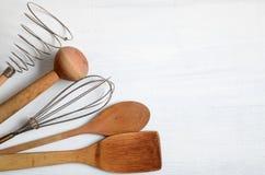 Sistema de utensilios de la cocina en una tabla Imagen de archivo libre de regalías