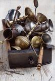 Sistema de utensilios de la cocina y de artículos del hogar hechos del metal en el fondo blanco fotografía de archivo