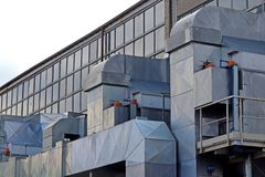 Sistema de ventilación externo en la fábrica para la producción de muebles Tubos hechos del acero inoxidable Comunicación de aire fotos de archivo