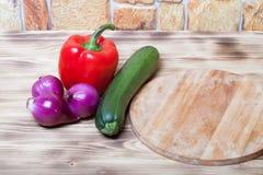 Sistema de verduras en fondo quemado de madera ligero Foto de archivo libre de regalías