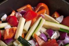Sistema de verduras fritas en una cacerola Foco selectivo Fotografía de archivo