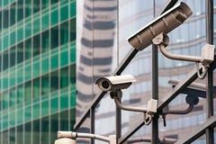 Sistema de vigilancia de la seguridad en la entrada a un edificio de oficinas moderno Dos cámaras de vigilancia video Imagen de archivo libre de regalías