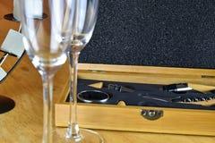 Sistema de vino en una caja de madera Dos vidrios de vino Foto de archivo libre de regalías