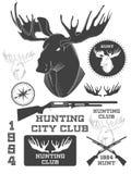 Sistema de vintage al aire libre con las etiquetas de un ciervo, las insignias y los elementos del diseño Vector Imagen de archivo libre de regalías