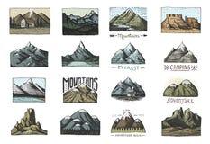 Sistema de vintage grabado, mano dibujada, vieja, etiquetas o insignias para acampar, el caminar, cazando con los picos de montañ libre illustration