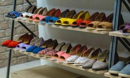 Sistema de zapatos femeninos en el estante Imagenes de archivo