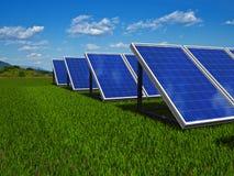 Sistema dei comitati solari. Energia verde proveniente dal sole. Fotografia Stock Libera da Diritti