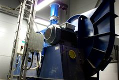 Sistema dei tubi e dei ventilatori di ventilazione alla fabbrica Immagini Stock