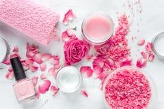 Sistema del balneario del cuidado del clavo con el pulimento de la rosa, opinión superior del fondo blanco poner crema Fotografía de archivo libre de regalías