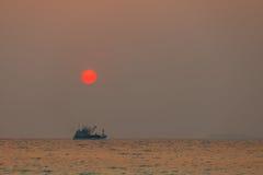 Sistema del barco y del sol Foto de archivo libre de regalías