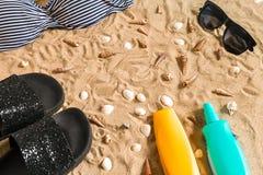 Sistema del bikini del verano y de la playa de los accesorios equipo del verano, del bikini elegantes de la playa y arena de mar  Fotografía de archivo