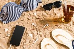 Sistema del bikini del verano y de la playa de los accesorios equipo del verano, del bikini elegantes de la playa y arena de mar  Fotografía de archivo libre de regalías