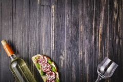 Sistema del bocado del vino aperitivo, salami, pan, aceitunas, hierbas, opinión superior del vino blanco, espacio de la copia, co Fotos de archivo
