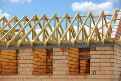 Sistema del braguero del marco de madera del edificio del tejado Imagenes de archivo