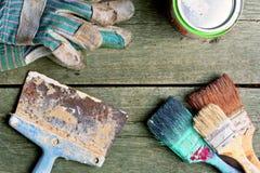 Sistema del cepillo viejo para colorear las paredes Brocha en el fondo de madera Foto de archivo libre de regalías