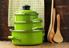 Sistema del cookware de los potes del verde del metal foto de archivo