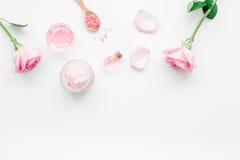 Sistema del cosmético con el flor y la crema corporal color de rosa en la maqueta blanca de la opinión superior del fondo del esc Foto de archivo