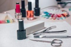 Sistema del cosmético y de manicura en fondo de madera Fotos de archivo libres de regalías