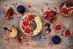 Sistema del desayuno de la caída y del invierno Los smoothies de los superfoods de Acai ruedan con las semillas del chia, granada Imágenes de archivo libres de regalías