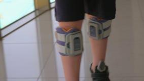 Sistema del descenso del pie del niño que lleva en ambas piernas almacen de metraje de vídeo
