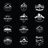 Sistema del diseño de la plantilla de Adventure Badge Vector del explorador de la montaña stock de ilustración