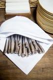 Sistema del dishware en la tabla en restaurante Pilas de placas blancas limpiadas para la comida fría de abastecimiento en sitio  Fotos de archivo libres de regalías