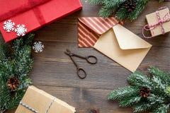 Sistema del embalaje de regalos con los sobres por Año Nuevo y el saludo 2018 de la Navidad en mofa de madera del veiw del top de Fotos de archivo