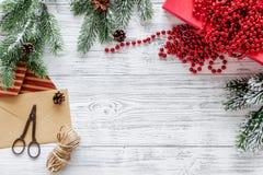 Sistema del embalaje de regalos con los sobres por Año Nuevo y el saludo 2018 de la Navidad en mofa de madera del veiw del top de Foto de archivo libre de regalías