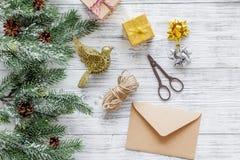 Sistema del embalaje de regalos con los sobres por Año Nuevo y el saludo 2018 de la Navidad en veiw de madera del top del fondo Fotografía de archivo