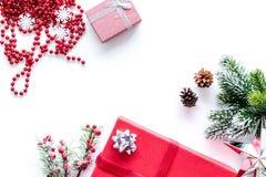 Sistema del embalaje de regalos por Año Nuevo y el saludo 2018 de la Navidad en la mofa blanca del veiw del top del fondo para ar Foto de archivo libre de regalías